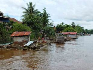 Rafting houses along Barito River